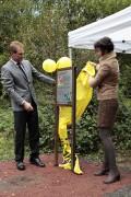OB Norbert Feith und Amnestysprecherin Ulla Weber enthüllen die erste Tafel des Menschenrechtspfads. Foto: Daniela Tobias