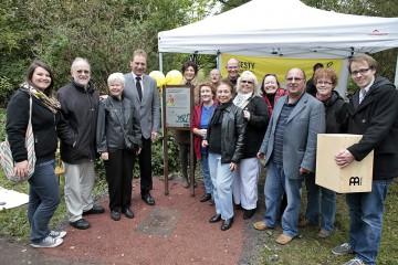 OB Norbert Feith und Bezirksbürgermeisterin Birgit Zeier mit dem Amnesty-Team